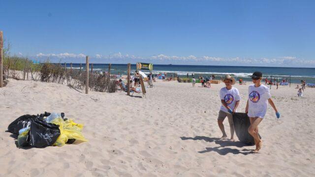 """Sprzątają bałtyckie plaże. """"Leżymy w wielkiej popielniczce"""""""