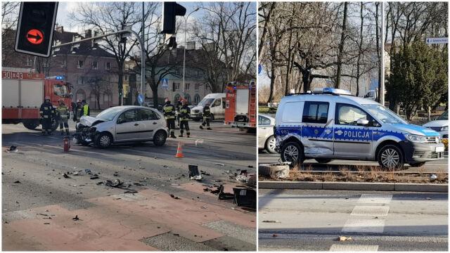 Zderzenie policyjnego radiowozu z autem osobowym. Dwie osoby poszkodowane
