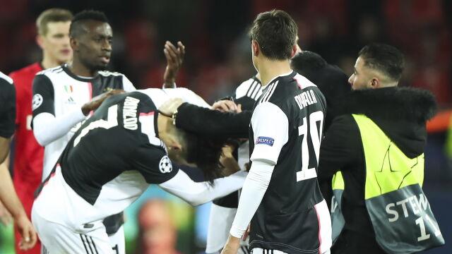 Ronaldo złapany za szyję, wspólnego zdjęcia nie było. Nieproszony gość na murawie