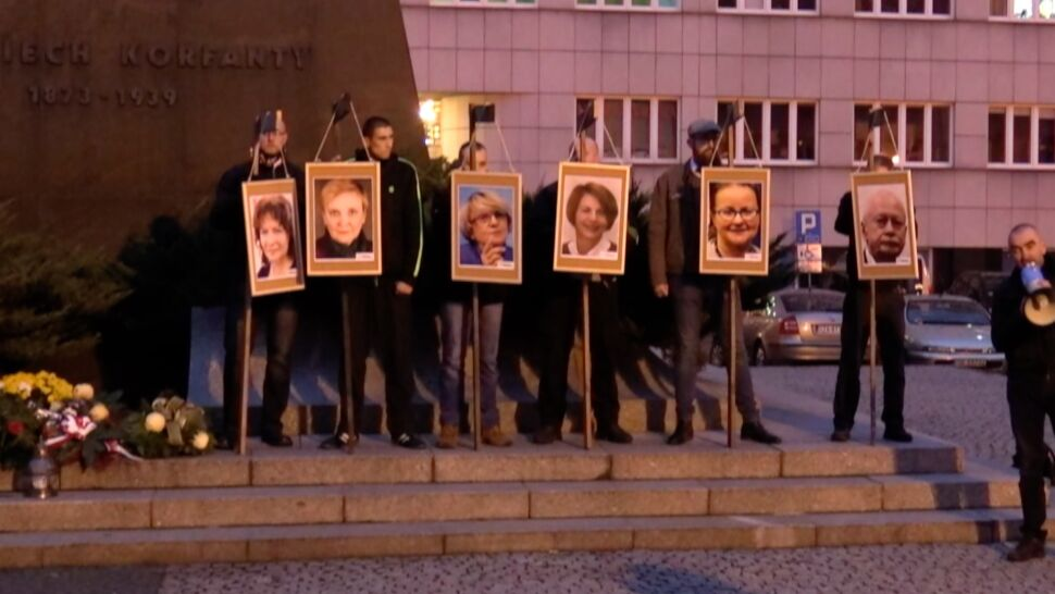 Powiesili na szubienicy zdjęcia europosłów. Prokuratura: nie doszło do przestępstwa
