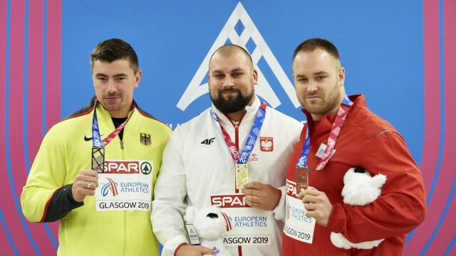 """Dekoracja polskiego mistrza w korytarzu, medal porysowany. """"Dobrze, że nam je dali"""""""