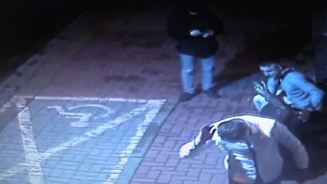 Wandale uszkodzili rzeźbę, policja pokazuje nagranie
