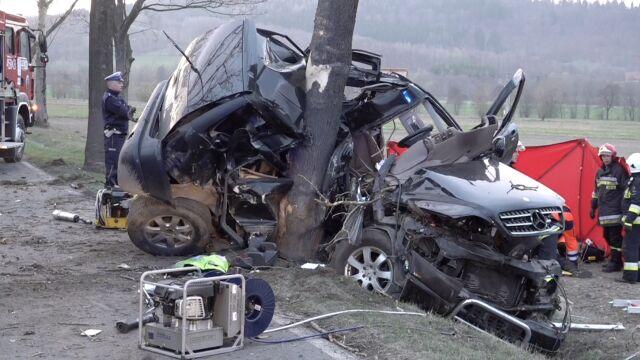 """Auto """"zawinęło się"""" na drzewie. Kierowca zginął na miejscu"""