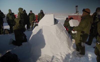 Ćwiczenia kanadyjskich żołnierzy na kole podbiegunowym. Budowanie igloo