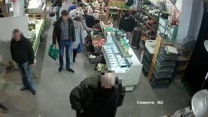 Obserwowali klienta bazaru, kamera obserwowała ich. Poszukiwani złodzieje portfela