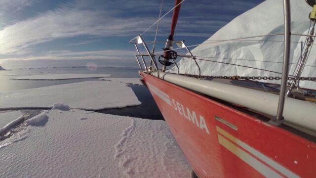 Jacht musi przedrzeć się przez lód między oceanem a morzem