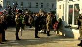 Ceremonia złożenia wieńców pod tablicą pamiątkową na Krakowskim Przedmieściu