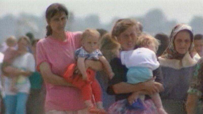 Uchodźcy w enklawie Srebrenicy w 1995 r.