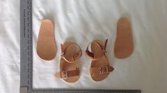 Repliki sandałów, jakie miał na nogach Ben Needham w dniu zaginięcia