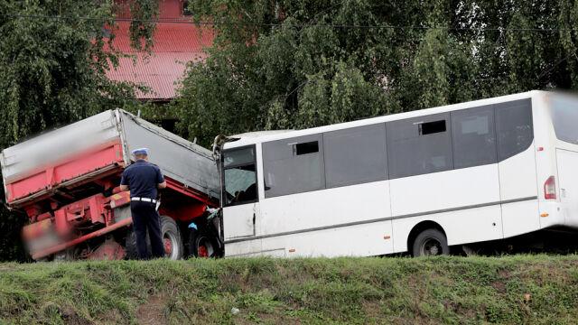 Bus zderzył się z ciężarówką. Jedna osoba nie żyje, 33 poszkodowane