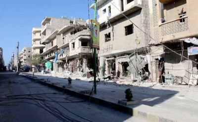 Syryjczycy opuszczają domu w bombardowanym Idlibie