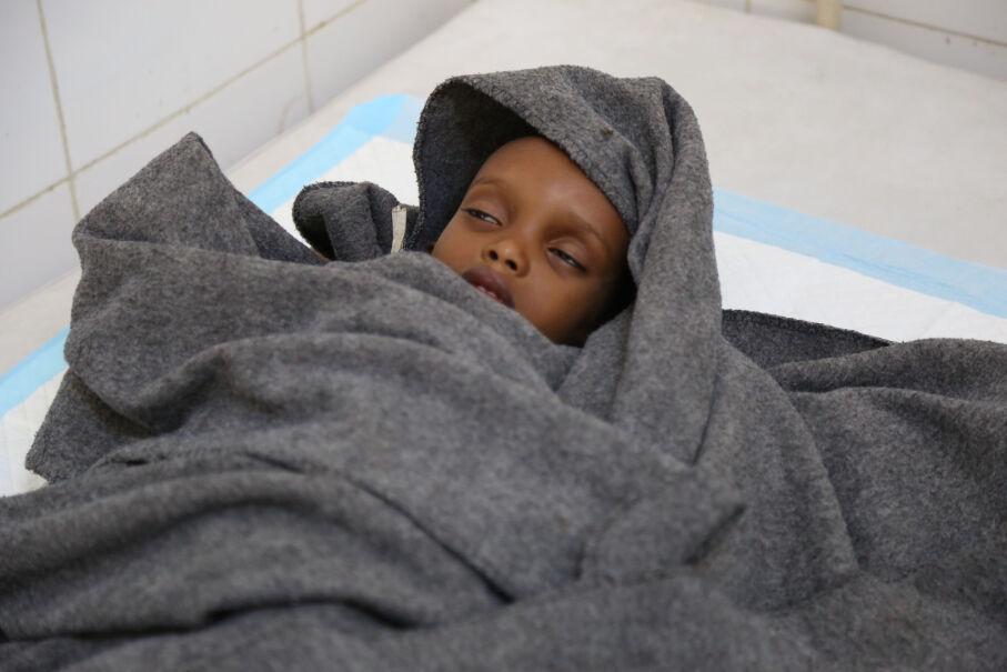 14 kwietnia 2017 roku, Jemen. Walczące z cholerą dziecko w szpitalu w Adenie