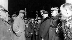 Józef Piłsudski (czwarty od lewej z ręką w kieszeni) wśród uczestników capstrzyku. Widoczni między innymi: gen. Jan Romer (stoi na prawo od Piłsudskiego, ze złożonymi rękami w rękawiczkach), gen. Stanisław Rouppert (trzeci z prawej), minister Aleksander Prystor (czwarty z prawej), komendant główny Policji Państwowej płk Janusz Jagrym-Maleszewski (piąty z prawej, wystaje z za Prystora), płk Bolesław Wieniawa-Długoszowski (szósty z prawej)