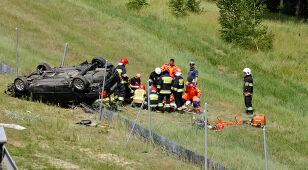 Samochód wypadł z drogi. Interweniowali strażacy, na trasie lądował helikopter