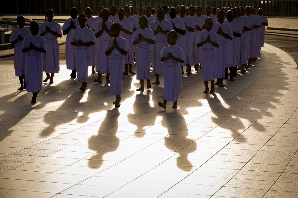 Masowe święcenia z okazji Wielkiego Buddyjskiego Postu w świątyni Wat Phra Dhammakaya w prowincji Pathum Thani, Bangkok, Tajlandia