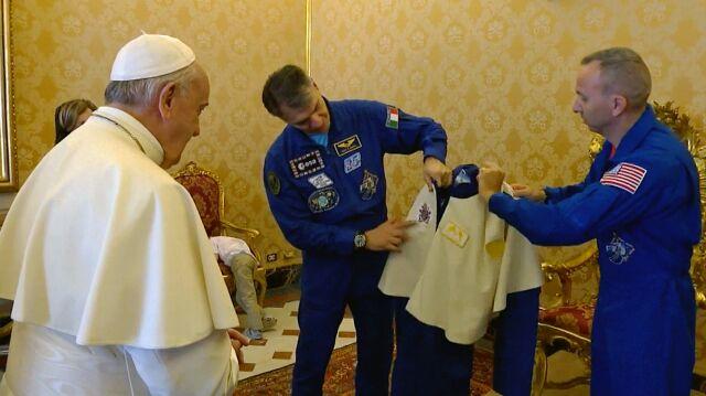 Papież może już lecieć w kosmos. Astronauci podarowali mu kombinezon