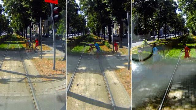 Wpatrzeni w telefony prawie wpadli pod tramwaj. Sprawą zajęła się policja