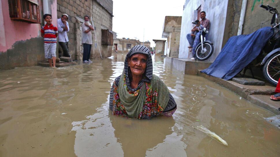 Skutki monsunowego deszczu na pakistańskich ulicach miasta Karachi