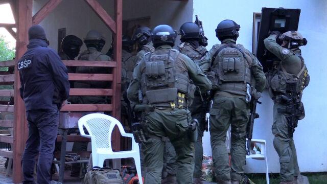 W użyciu broń i granaty hukowe. CBŚP zatrzymało podejrzanego o porwanie znanego prawnika