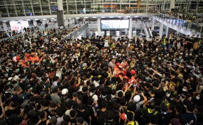 Starcia policji i manifestantów na lotnisku w Hongkongu