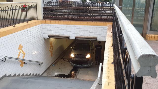 Pijany wjechał autem do przejścia podziemnego. Usłyszał zarzuty