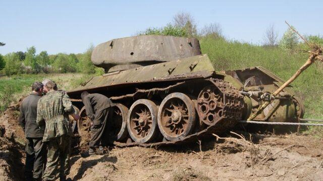 Wydobyli porzucony czołg z 1945 r.  Leżał na poligonie od lat 80.