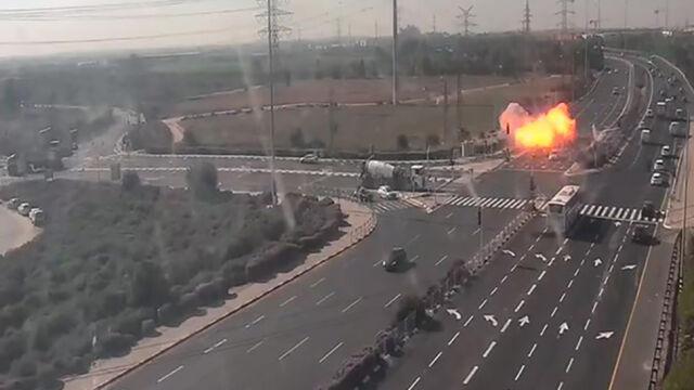 Grad rakiet w stronę Izraela, jedna uderzyła w autostradę. Nagranie