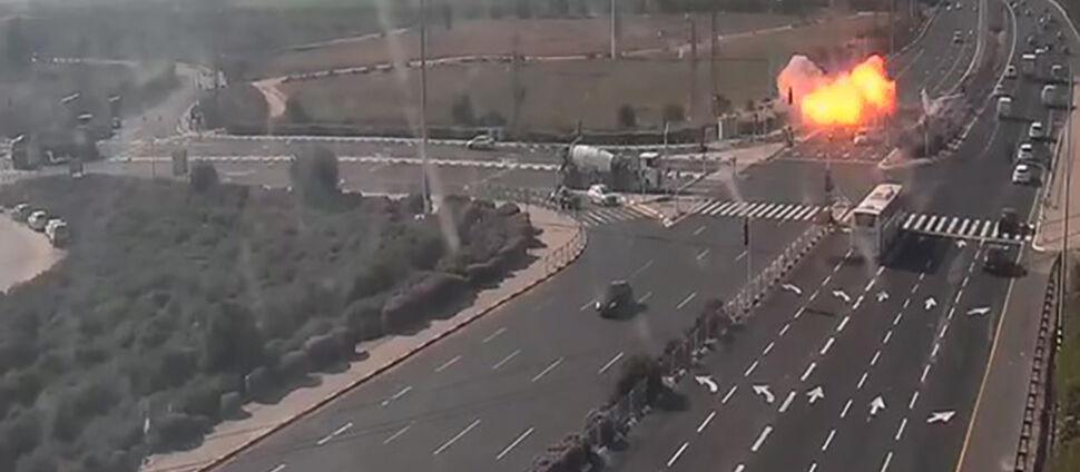Rakieta uderza w autostradę.  Tuż za samochodem