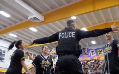 Szkolny układ taneczny z udziałem policjanta