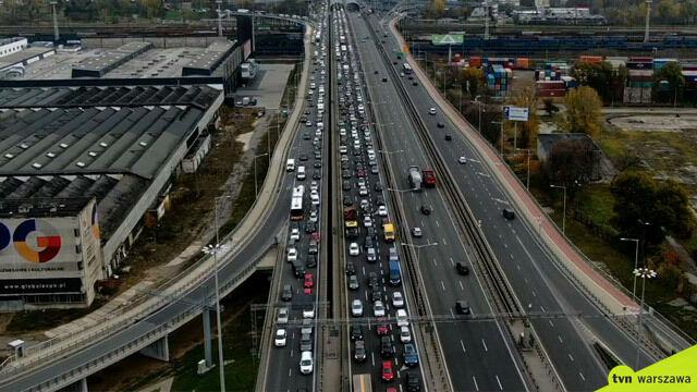 Zderzenie trzech aut, zablokowany jeden pas i długi korek na S8