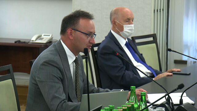 Rzecznik Praw Dziecka Mikołaj Pawlak składa sprawozdanie ze swojej dotychczasowej działalności przed komisją senacką.