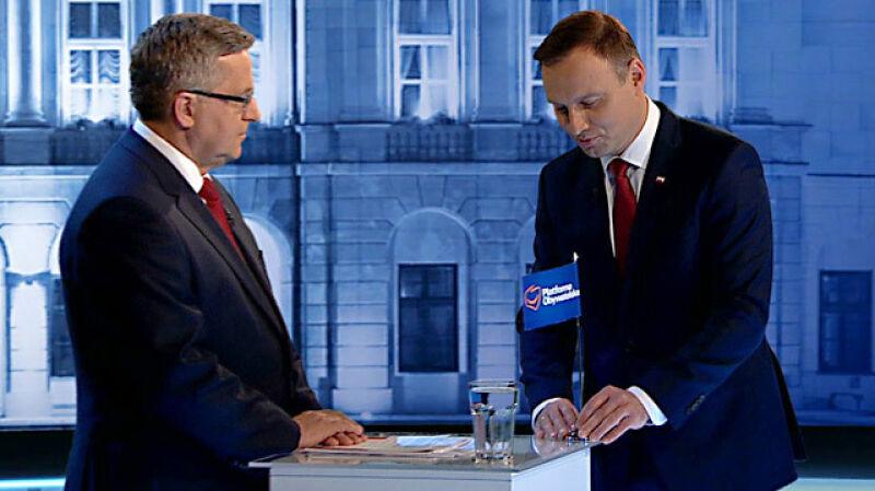 Duda wręcza Komorowskiemu partyjną flagę. Prezydent oddaje ją Olejnik