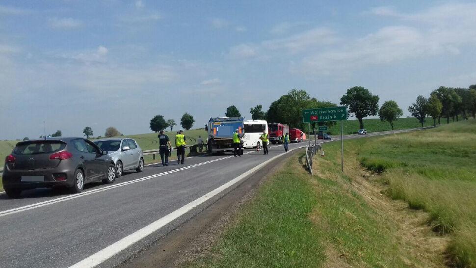 Autobus wiozący dzieci zderzył się z ciężarówką. Są ranni