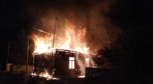 Płonął budynek, ogień zajął sąsiedni dom. Policjanci wynieśli 80-latkę