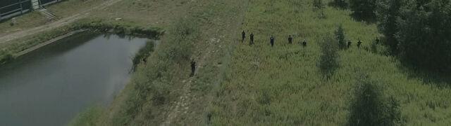 Dwaj policjanci szli z tyłu. To oni znaleźli ciało Dawida