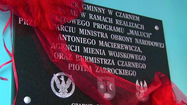 """Tablica z nazwiskiem Macierewicza w żłobku. Szef MON """"wpłynął"""" na powstanie placówki"""