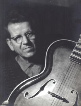Józef Tusk z własnoręcznie wykonaną przez siebie gitarą