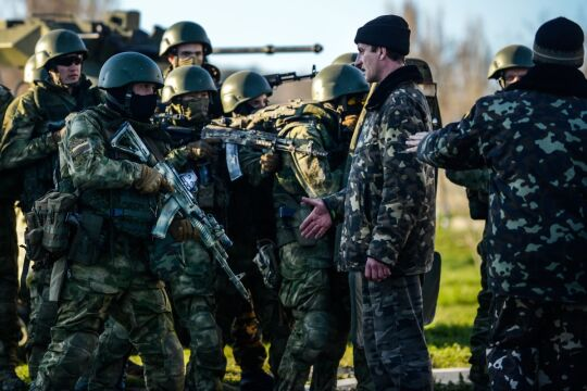 Zdjęcie pojedyncze - zwycięzca w kategorii WYDARZENIA, Kuba Kamiński, PAP. Krym. Ukraińska baza wojskowa Belbek po szturmie rosyjskich wojsk specjalnych poddała się.