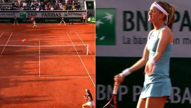 Tenisistki grają, gołębie atakują.
