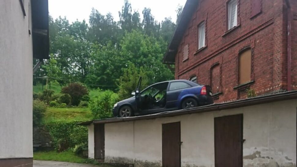 Auto na dachu garażu. Tak zakończył się pościg