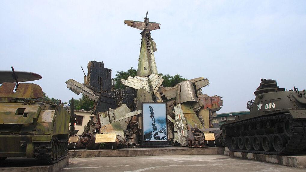 Monument ułożony ze szczątków zestrzelonych B-52, stojący w muzeum wojska Wietnamu Północnego