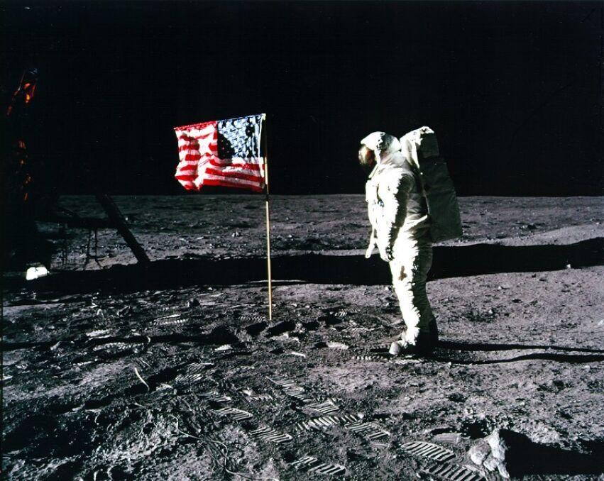 Aldrin z flagą Stanów Zjednoczonych na Księżycu