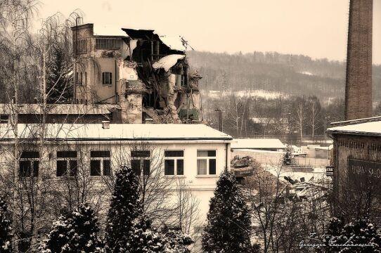 Widok na zniszczoną przędzalnię