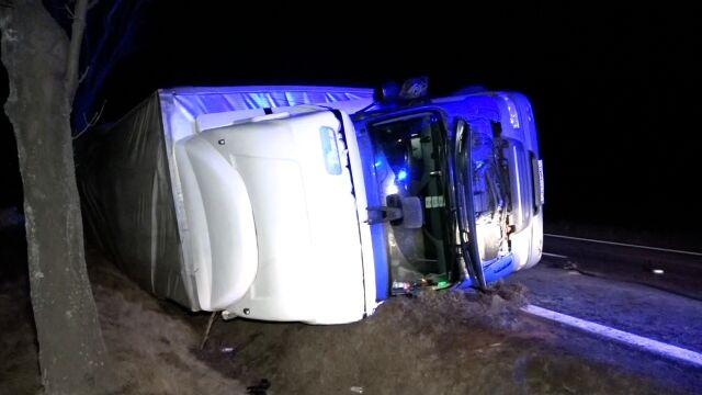 """""""Poczułem, że auto zaczęło się kiwać"""".  Silny wiatr przewrócił ciężarówkę"""