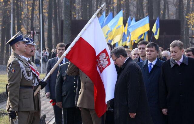 Tablica ku pamięci polskich oficerów na gmachu NKWD