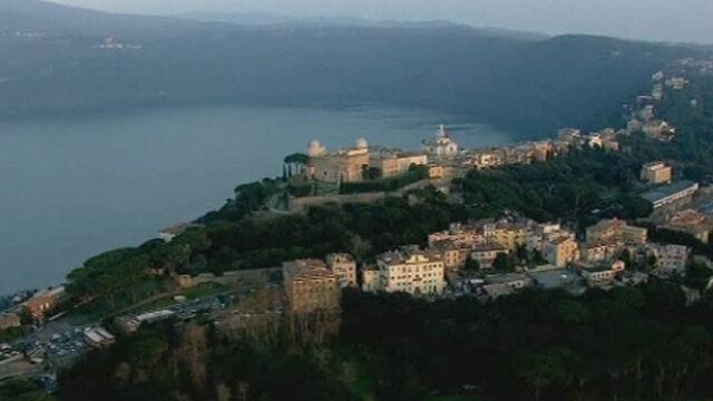 Papież przybył do Castel Gandolfo. Tłumy wiernych przed rezydencją