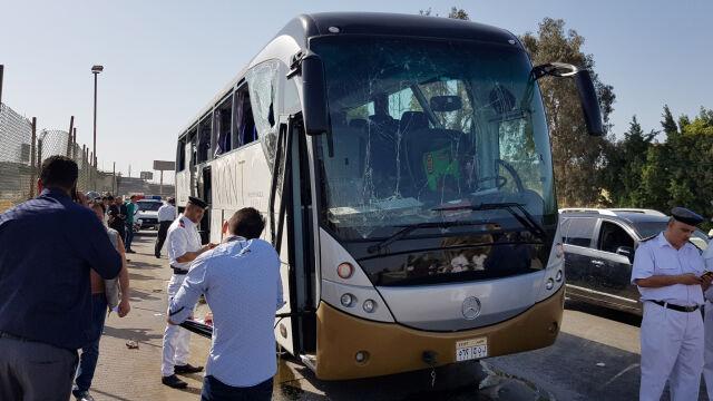 Atach na autokar z turystami w pobliżu piramid w Gizie