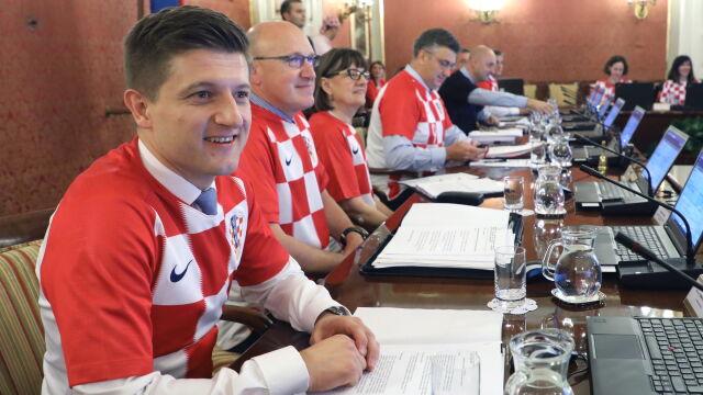 f09ed275d Chorwacki rząd też świętował. Posiedzenie w strojach reprezentacji ...