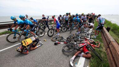 Potężny karambol w Giro d'Italia. Karetki na trasie, wyścig musiał zostać wstrzymany