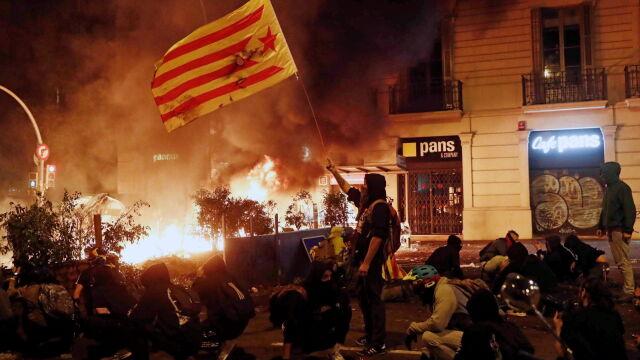 Barykady z koszy na śmieci i słupów sygnalizacji świetnej. Bitwa uliczna w centrum Barcelony